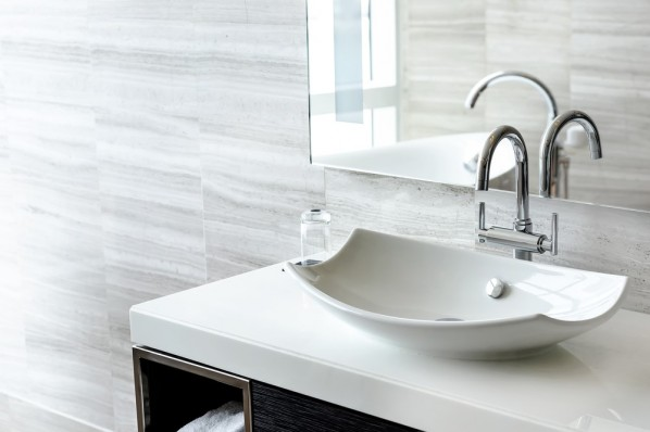 biala umywalka na blacie