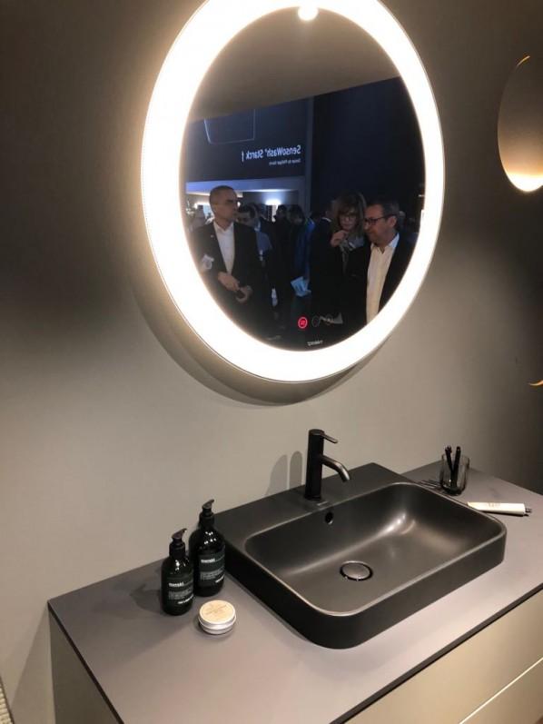Moda w aranżacji łazienek w 2019 roku obejmuje formy o cienkich ściankach, matowe barwy umywalek i armatury, a także grę światłem. Zdjęcie pochodzi targów ISH Frankfurt Messe. Producent Duravit.