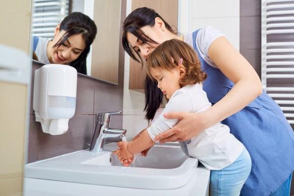 dziecko myje rece