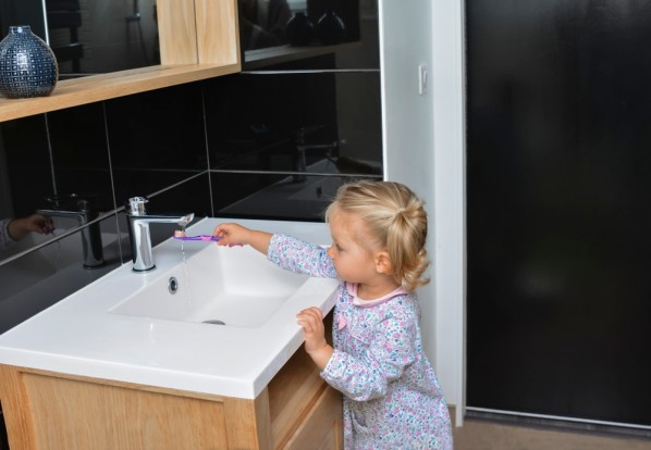 dziecko przy umywalce