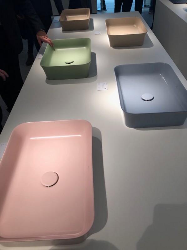 Wyraziste kolory w umywalkach i wannach wolnostojących to modna nowość w 2019 roku. Zdjęcie pochodzi targów ISH Frankfurt Messe. Producent Ideal Standard.