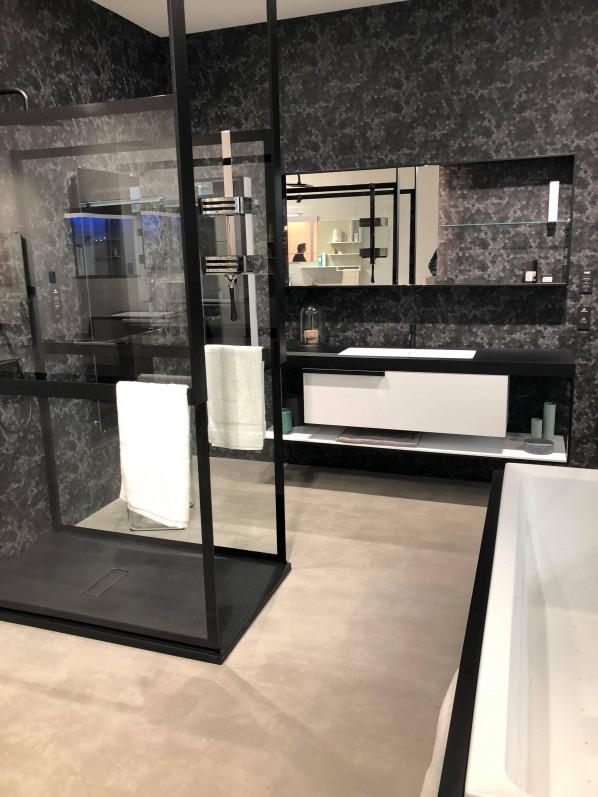 Otwarta kabina prysznicowa utrzymana w czerni sprawdzi się w każdej modnej łazience w 2019 roku. Zdjęcie pochodzi targów ISH Frankfurt Messe. Producent Novellini.
